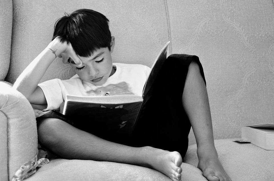 Niño estudiando sólo